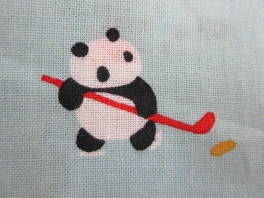 パンダの雪遊び(アイスホッケー)